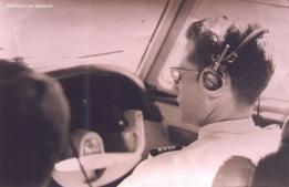 Gómez de laFuente: El entonces Mayor DEM Aníbal Gómez de la Fuente, comandante de aeronave, a bordo de un Electra C en los años 70. Foto copyright: Archivo del Cnel.DEM (SR) Aníbal Gómez de la Fuente.