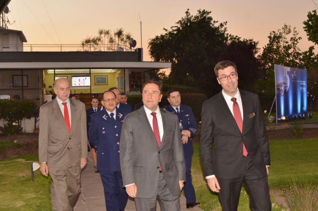 dsc_0042-el-gerente-general-de-airbus-helicoters-reciviendo-al-ministro-de-defensa-y-el-commandante-en-jefe-de-la-fach