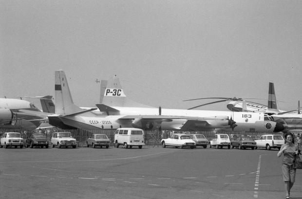 01 Antonov 26 CCCP-27205 & Lockheed P-3C Orion ''158212'' Lockheed Demo