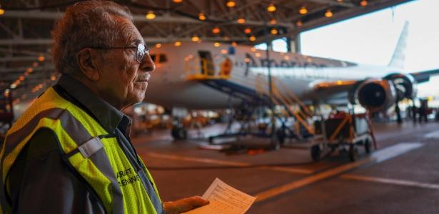 azriel-blackman-91-anos-confere-os-avioes-da-american-airlines-em-hangar-em-nova-york-1500398131744_615x300