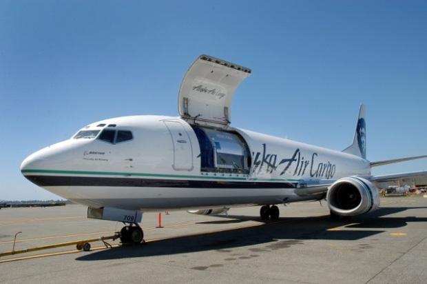 El primer avión ya terminado (Alaska Air Cargo)