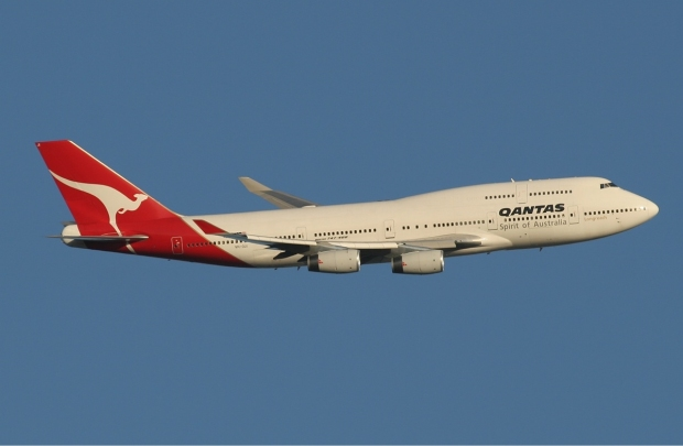 Qantas_Boeing_747-400_leaving_Perth_Airport_Monty-1