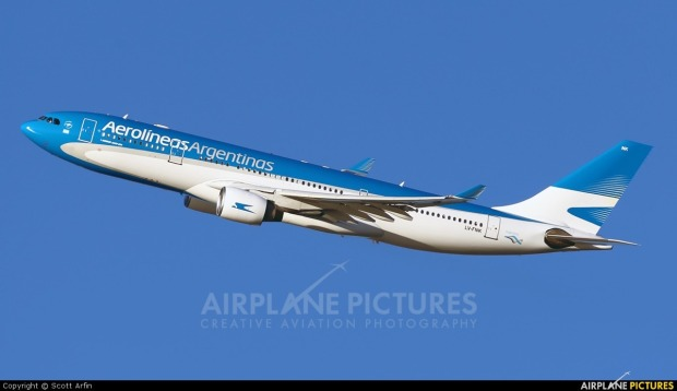 airbus-a330-revell-calcas-nueva-imagen-aerolineas-argentinas-D_NQ_NP_201201-MLA20275402902_042015-F