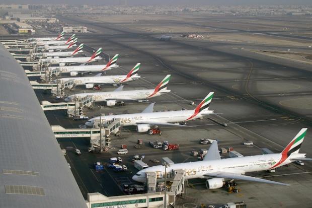 emirates_boeing_777_fleet_at_dubai_international_airport_wedelstaedt