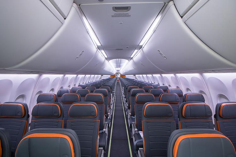 Boeing_737_MAX_GOL_Cabina