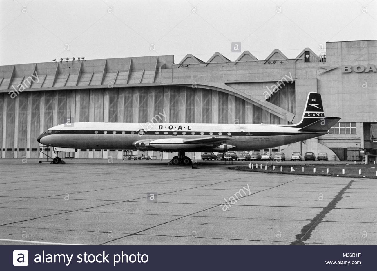 una-de-havilland-comet-4-g-apdk-propiedad-de-la-boac-al-aeropuerto-heathrow-de-londres-en-1959-boac-fuera-del-hangar-m96b1f