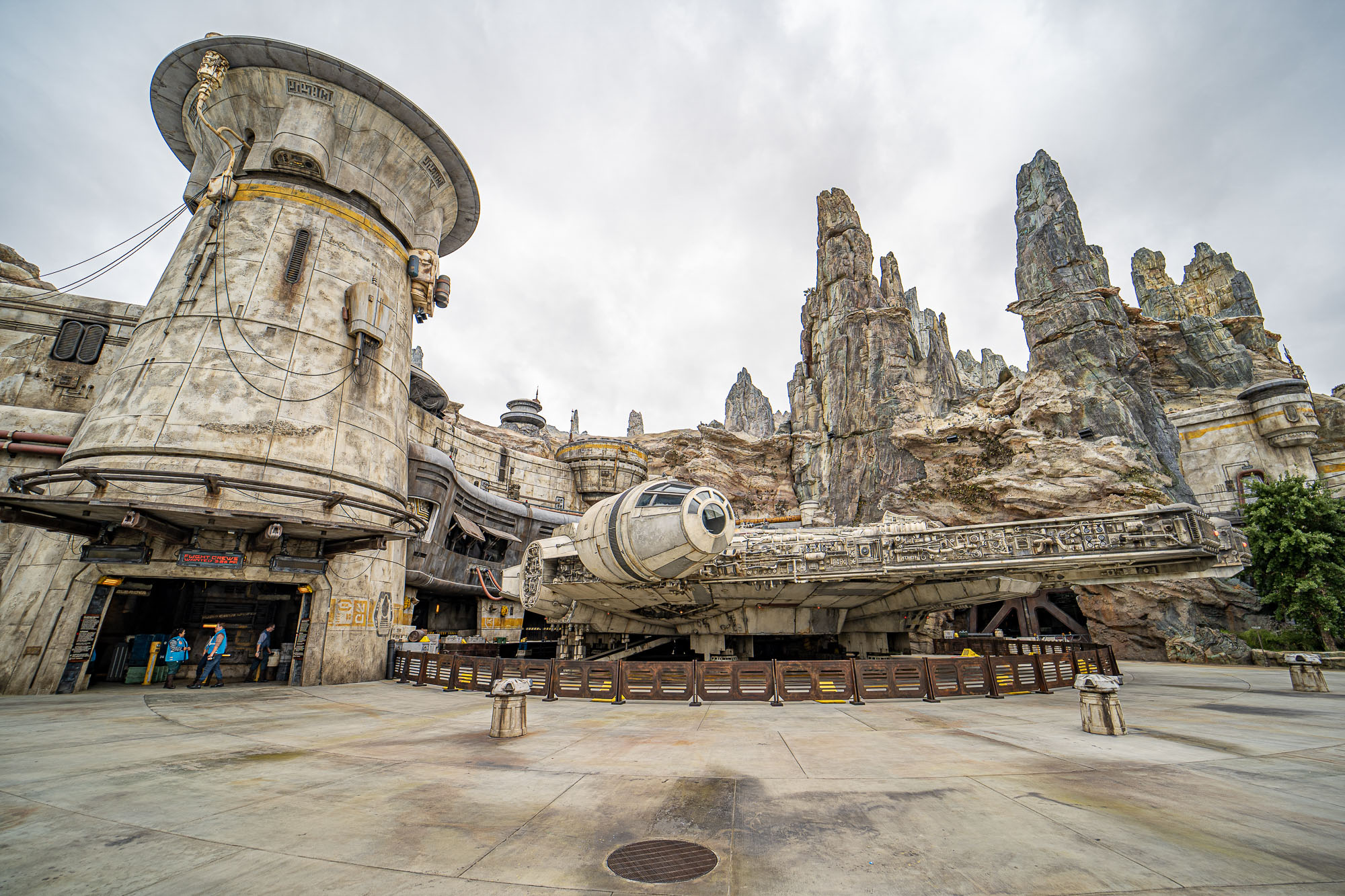millennium-falcon-star-wars-galaxys-edge-1
